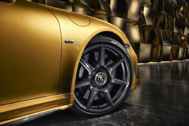 Porsche 911 s kolesnimi obroči iz ogljikovih vlaken